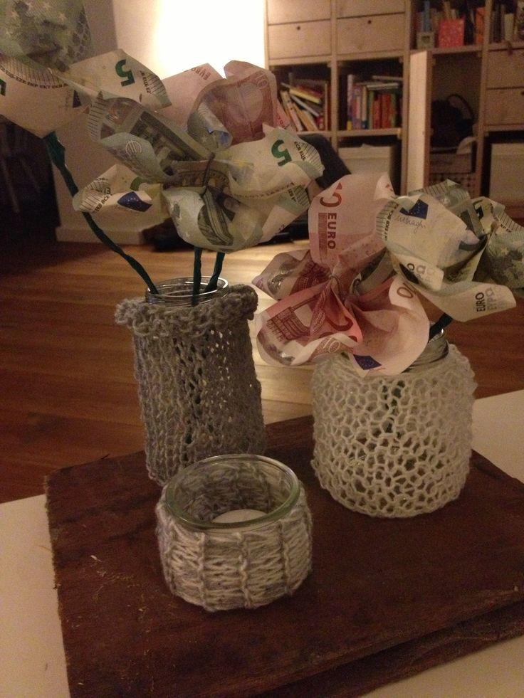 Geld geven als cadeau maar dan creatief! Dikke naalden + dunne wol; breien maar. Briefjes van geld met ijzerdraad vouwen tot blaadjes en wat groene tape om de 'stelen'.