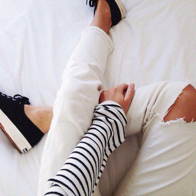 Белые рваные джинсы + полосатая кофта + черные кеды + белое покрывало