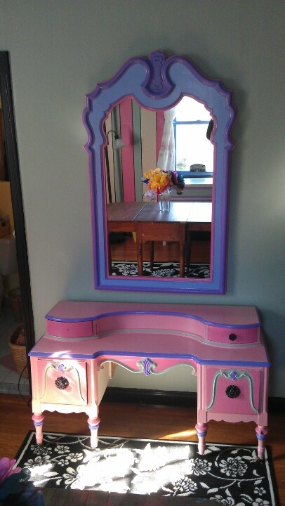 This Antique Child S Vanity Matches Well With The Mirror