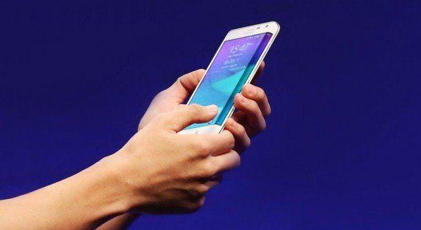 Características De El Galaxy Note Edge  El Samsung Galaxy Note Edge  si ese que tiene una pantalla táctil en el borde derecho  Estreno en Estados Unidos en el 2014. El dispositivo recibió el nombre edge por la pequeña pantalla curva localizada en el lado derecho del teléfono y funciona como una pantalla individual. Este borde tiene su propio menú iconos y funciones.  Esta pantalla lateral es única en éste particular teléfono inteligente y le permite al usuario recibir notificaciones chequear…