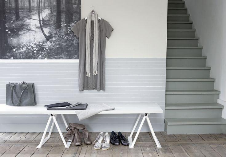 Grijs als ideale basis  Grijze muren geven rust en zijn de ideale achtergrond voor meubels, objecten en kunst. Houd voor een basic interieur de vormen simpel en de tinten puur. Als je grijs combineert met zwart, wit en hout, zorgt dat voor een lekker levendig palet. En: alles past bij alles!