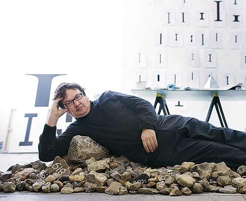 Mark Wallinger in zijn studio in Vauxhall, foto: Jonathan Glynn-Smith  Die stenen waar hij zo bevallig op ligt verbeelden overigens gevallen soldaten, zijn eigen kunstwerk.