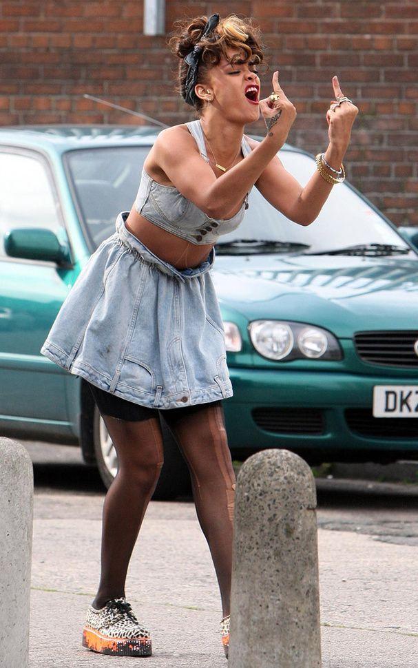 Octobre 2011 : Rihanna fait des doigts dans ses clips