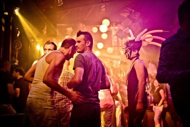 Een sfeerbeeld uit de Red & Blue in Antwerpen. Dit is een privé club, één van de grootste gay discotheken.