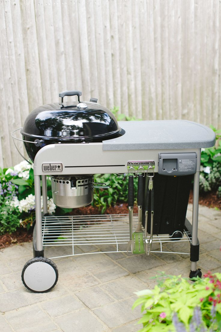 CLEAN YOUR GRILL Spray white distilled vinegar onto a piece of crumpled aluminum foil and use the foil to scrub the grill vigorously! Diy Cleaning Products, Cleaning Hacks, Grill Cleaning, White Vinegar Cleaning, Vinegar Uses, Distilled White Vinegar, Sparkling Clean, Clean Living, Clean House