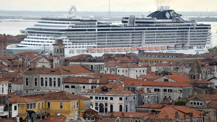 O cruzeiro 'MSC Preziosa' em um dos canais de Veneza.