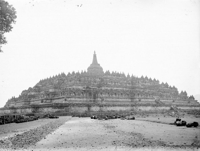Borobudur Temple after its reconstruction in 1911. There was a chhatra on the top of main stupa.
