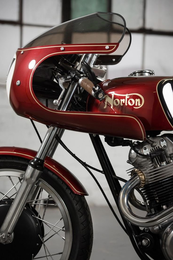 No me gustan las cúpulas, pero hay que reconocer que las líneas de esta son geniales / I don't like fairings, but I have to recognize that this norton's lines are sick