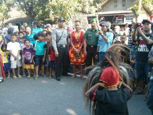 Bhabinkamtibmas Laksanakan Pengamanan Hiburan Reog Di Desa Dolopo