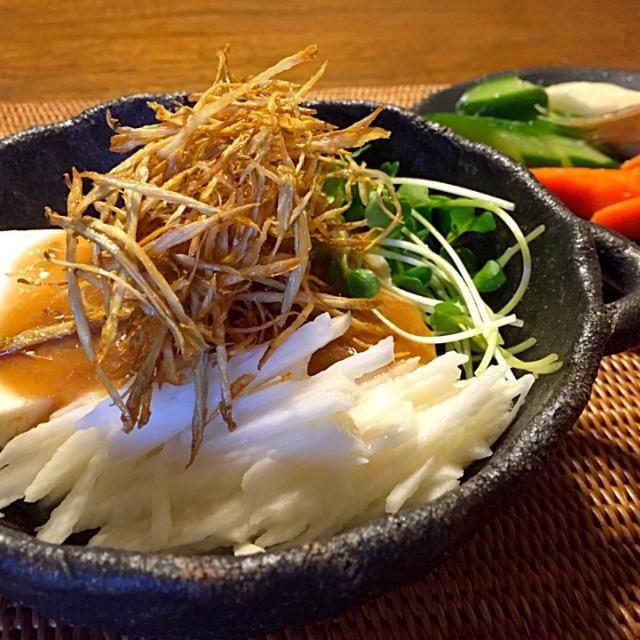 お豆腐にカリカリに揚げた牛蒡をトッピング。タレは、ごま油ベースの中華ダレです♪ - 27件のもぐもぐ - ご馳走豆腐サラダ by yuki1123