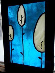 Vrai vitrail assemblé au ruban de cuivre par soudure au plomb (selon la méthode Tiffany), avec ajout de fil de fer pour les arbres et le