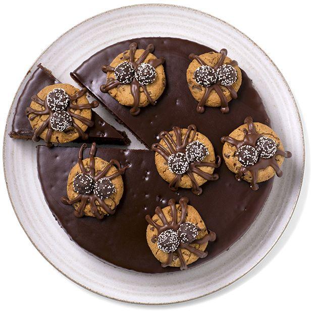 Kake til Halloween som er skremmende god! Med ferdig sjokoloadekake-miks og kjeks er det raskt og enkelt å lage en morsom kake til Halloween.