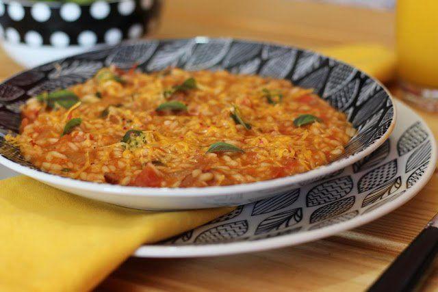 A receitinha de hoje do blog Receita Esperta é um delicioso Risoto de tomate com manjericão. Uma receita vegetariana, cheia de sabor, aroma e cor.