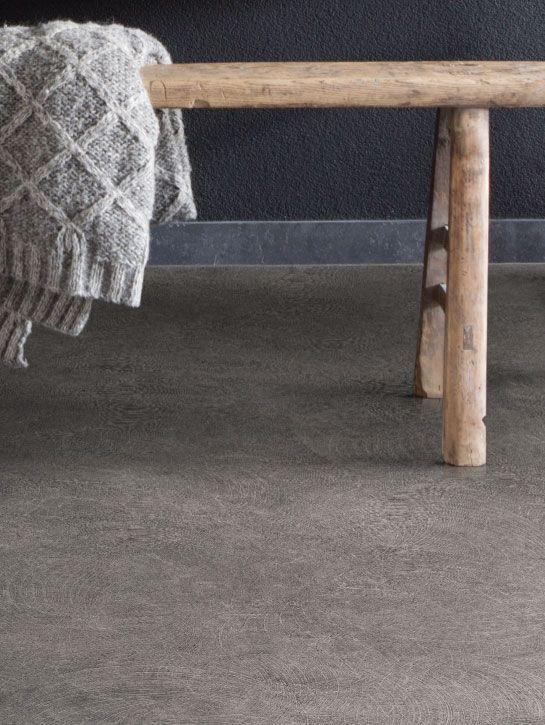 Interfloor - Vinyl Inspire Stone 793 Inspirerende steen/tegel dessins kenmerken deze kwaliteit. Plavuizen van 40x40cm en 25x25cm met een enigszins beton lijkende uitstraling en een fraai uni/allover dessin in 4 trendy kleuren. Inspire heeft een natuurgetrouwe en sfeervolle oppervlakte door Nature Surface System met Diamond Grip. Kom langs bij onze winkel in Rijswijk om de mogelijkheden te bekijken!