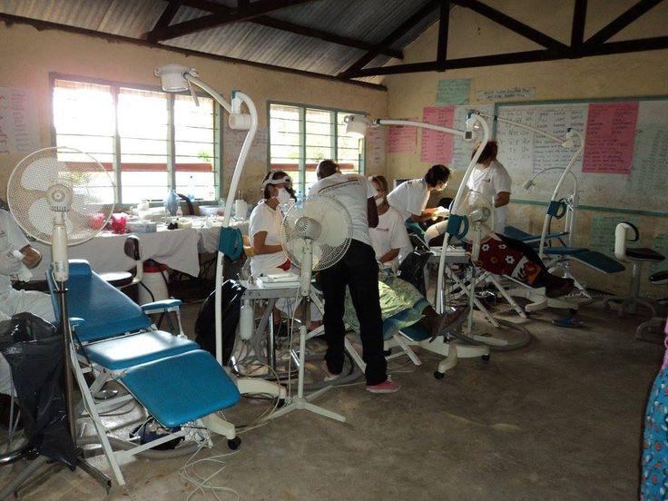 Dutch Dental Care heeft op de Mahuruni Primary school tandheelkundige zorg verleend aan leerlingen en mensen uit de omgeving. Een lokaal was als kliniek ingericht.