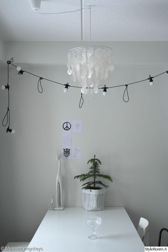 Luukku 15: Meandmymonkeys Nyt pitää tosissaan alkaa laittaa joulua kotiin, onneksi tunnelman luomiseen ei tarvita paljoa.#minimalistinen #joulu #styleroom #valkoinen