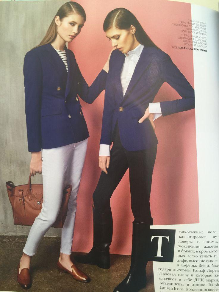 Жокейский стиль белые джинсы синий блейзер рыже-коричневая обувь