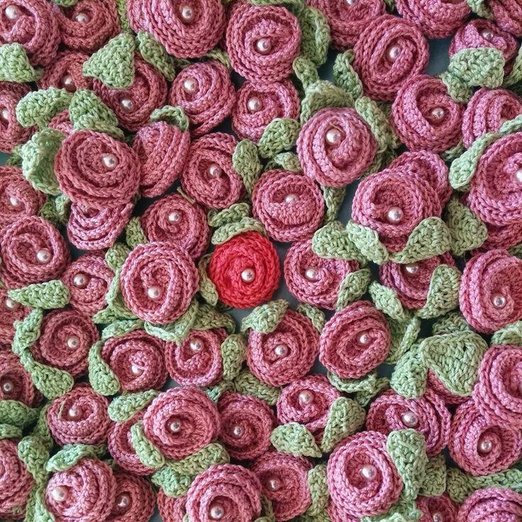 Più di sessanta rose all'#uncinetto... a cosa mi servono? Lo scoprirai fra non molto. Intanto qui http://bit.ly/1zaEqfZ puoi trovare lo schema per realizzarle