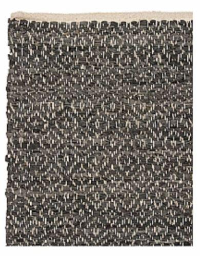 Stort+teppe+håndvevd+med+skinnremser+i+vakkert+mønster.+Må+renses.+Legg+ikke+teppet+på+fuktig+gulv,+da+kan+skinnet+miste+farge. Farge:+Blågrå. 140+x+200+cm+eller+60+x+90+cm.