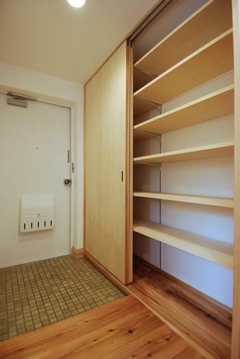 玄関横には引き戸の付いた天井いっぱいの玄関収納 | 木のマンションリフォーム・リノベーション設計実例 | 木のマンションリフォーム・リノベーション-マスタープラン一級建築士事務所