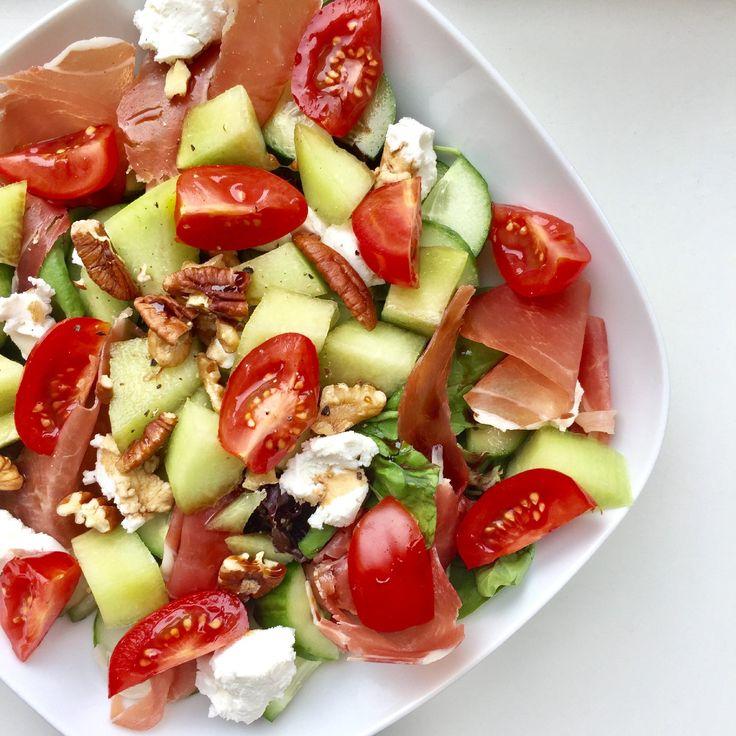 Ik heb vandaag weer een super lekkere zomerse salade met meloen en ham voor jullie. Zoals jullie weten ben ik dol op salades met dit mooie weer en ze zijn heel snel klaar. Perfect voor een lekkere warme zomerse dag. Wat is jouw favoriete salade in de zomer? Salade met meloen en ham Wat heb je nodig: – 1 zak rucola slamelange – 1/2 galia meloen, in blokjes gesneden – 4 plakken Italiaanse ham – 4 stukjes zachte geitenkaas – handjevol cherrytomaatjes, gehalveerd – 2 el walnoten – 3 el olijf...