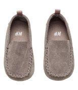 Check this out! PREMIUM QUALITY. Loafers van suède met een mocassinnaad voor en een lusje op de hiel. De schoenen hebben een binnenzool van katoenen canvas en een rubberen buitenzool (zachte zool in maat 14/15 en 16/17). – Ga naar hm.com om meer te bekijken.
