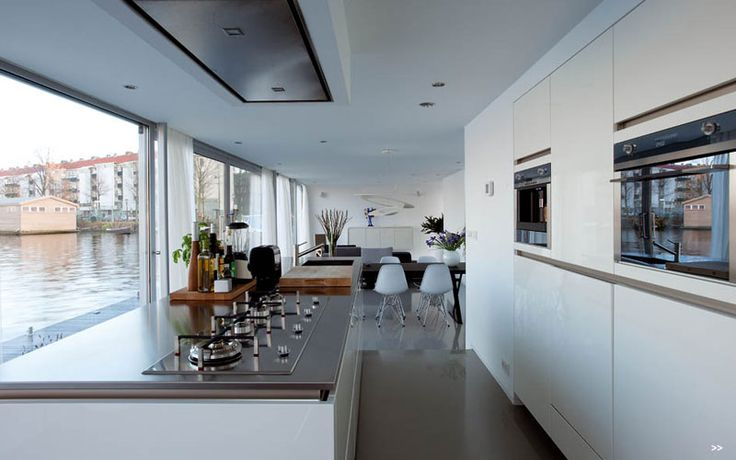 Keuken langs zijde. Pitten op rij en afzuiger in plafond