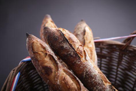 そんなバケットがオペラにはあります。 扱いが難しく、他のパン屋では使用しない京都産準強力粉を使用し、丁寧に3日間熟成させたバケットは、他では食べることのできない食感と口溶けを生み出します。> Online Store