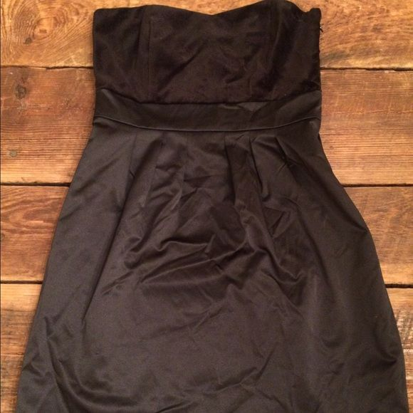 Banana Republic Winter Cocktail Dress Banana Republic winter cocktail dress. Black. Velvet sweetheart neckline with a thick satin bottom. Great fit. Purchased from the outlet. Classic style. Super cute with tights and booties and a great necklace or earrings. Banana Republic Dresses