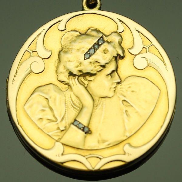 Vroege Jugendstil medaillon hanger in goud beeltenis van hoofd van de vrouw versierd met diamanten ca. 1895  Soort juweel: hanger/medaillonVoorwaarde: In goede staat. Sommige merken van de leeftijd (een paar deuken op de achterkant).Herkomst: Waarschijnlijk België of Frankrijk.Stijl: Laat-Victoriaanse vroege JugendstilOmlooptijd: circa 1895Materiaal: 18K yellow gold (toetssteen getest)Diamanten: Acht senailles. Een senaille is een vereenvoudigde roos geslepen diamant een klein segment van…