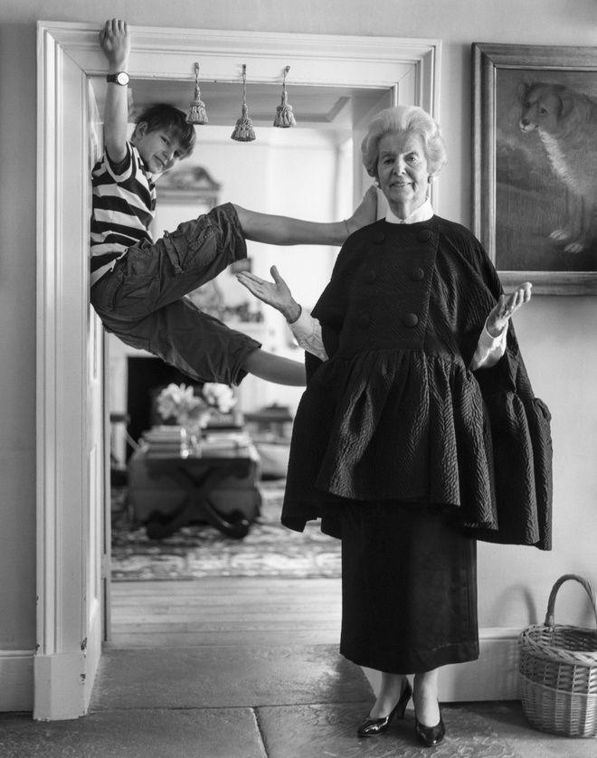 Deborah Mitford, Duchesse de Devonshire, avec son petit-fils dans sa proriété de Chatsworth, Angleterre, 2010