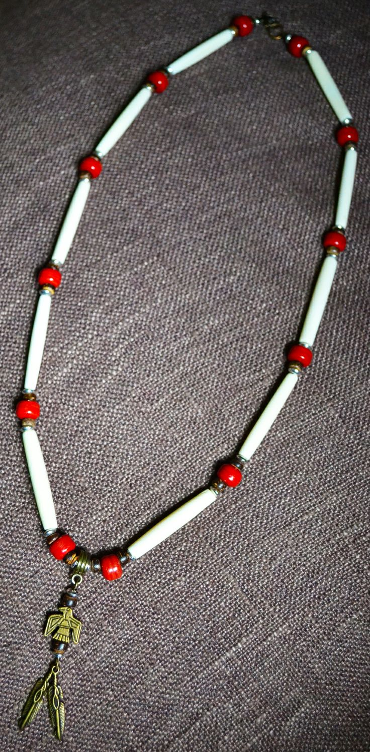 Collana Nativo Americana con Air Pipe Beads, Perle in Vetro Rosso fatte a mano, Elementi, Aquila e Piume in Bronzo