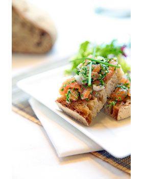 Zelf zalmtartaar maken is een peulenschil met dit zalmtartaar recept. Serveer de zalmtartaar als voorgerecht, hoofdgerecht of neem deze zelfgemaakte zalmtartaar mee in de lunchbox!