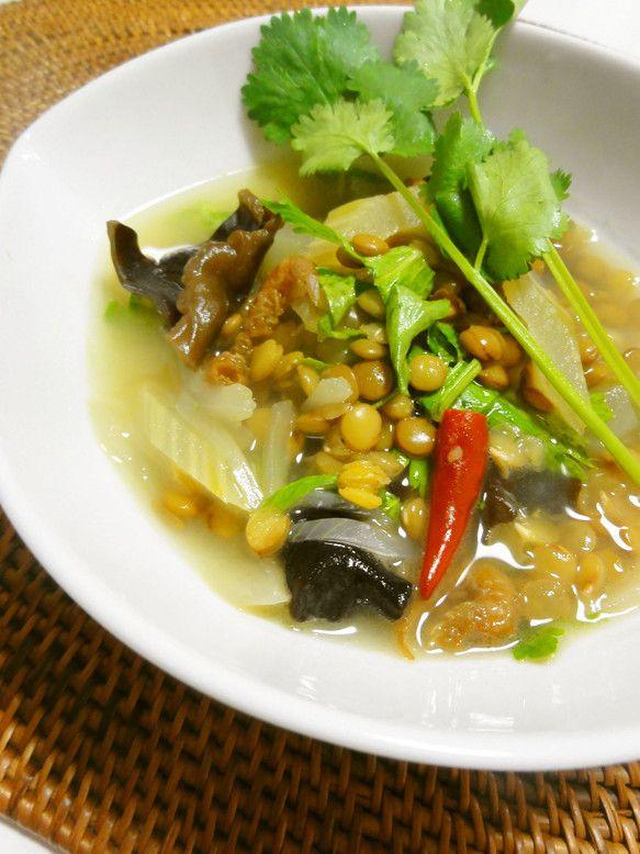 エスニック風♪レンズ豆のスープ     短時間で煮えるレンズ豆は、寒い季節のスープに大活躍♪唐辛子と仕上げのレモンでエスニック風に楽しみましょう☆ うさぎのシーマ     材料 (たっぷり2人分) レンズ豆(乾燥) 1/4カップ(50g)   玉葱 1/4個(50g)   セロリ(葉も適宜) 50g   木耳(乾燥) 大匙1   ☆干し海老 大匙1   ☆ぬるま湯 大匙2   大蒜 1/2片   赤唐辛子 1本   グレープシードオイル(サラダ油でも) 大匙1/2   酒 大匙1  ウェイパー 小匙1/2   水 2カップ   レモン汁 1/2個分(大匙1.5程) 塩、胡椒 少々   香菜(飾り用) 適宜   作り方   1    玉葱は薄切り、セロリは筋を取って斜め薄切りにします。大蒜は包丁で潰し、唐辛子は種を取り除きます。木耳はぬるま湯で戻します   2    レンズ豆はさっと洗って水に30分程浸してザルに上げます。干しえびは☆のぬるま湯につけておきます。 3    レモンは絞り、セロリの葉はザク切りにします。 香菜があれば、飾り用に準備します。 4…