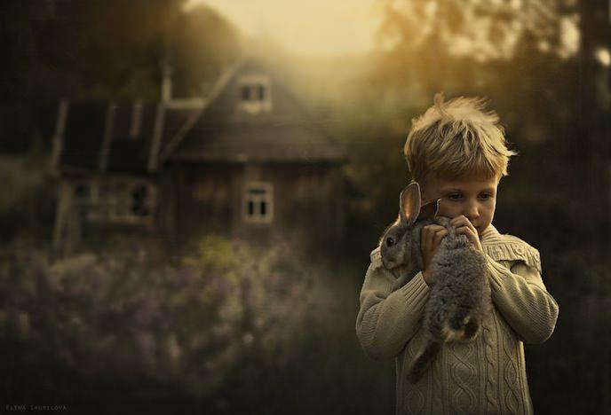 La photographe russe Elena Shumilova met en scène ses deux fils dans leur ferme familiale. Accompagnés des animaux de la ferme, les photographies des deux enfants sont magnifiques grâce à la lumière naturelle.