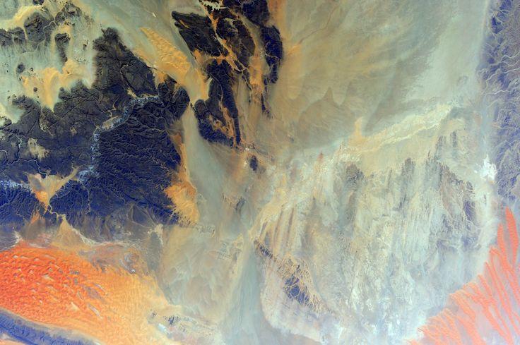 https://flic.kr/p/tSMLWr | Algeria desert | Flying over the #Algeria desert is always a treat for the eyes! #HelloEarth  (IT) Volare sopra il deserto Algerino è sempre un piacere per gli occhi!   Credits: ESA/NASA  131E9320