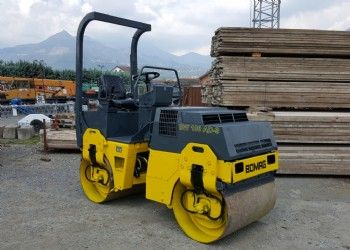 Rullo BOMAG BW 100 AD-3 – Tandem roller BOMAG BW 100 AD-3   Anno/Year: 1999  Ore/Hours: 1.800  Motore/Engine: DEUTZ F2L 1011 F  - 2 Cilindri – 21 Kw/29 Hp a 2.800 g/min – rpm.  Tamburo/Drum: 1.000 mm.  Doppia trazione – Double traction  Doppio vibrante – Double vibration  Snodato - Articulated  Roll bar  Dimensioni/Dimensions : 2.350X1.008X2.500(con Roll bar) 1.800(no Roll bar) mm.  Peso/Weigth: 2.456 kg.  Marchiatura CE/CE mark