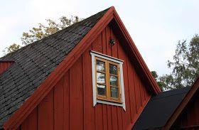 Nymålat.      Västra gaveln fick ny färg. Falu rödfärg (Falu ljusröd) på panelen. Guldockra och umbragrå linoljefärg på fönsterbågar och fön...