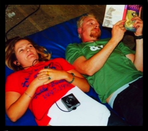 "Jessica Hynes and Simon Pegg on the set of ""Spaced"" (2000) Check out what SP is reading."
