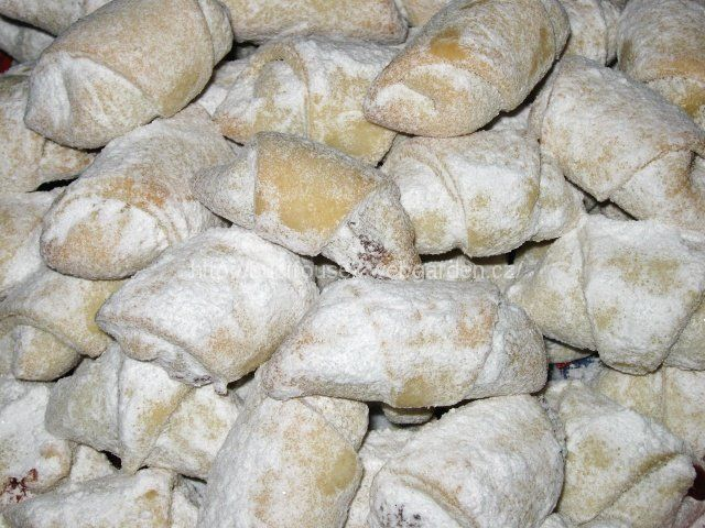 """""""Rohlíčky ze zakysané smetany"""" - výýýborné!!! SUROVINY45dkg hladké mouky, 1 Hera, 1 zakysaná smetana (200g)POSTUP PŘÍPRAVYZ této dávky jsem měla 64 kusů rohlíčků.Mouku, Heru a smetanu zpracujeme v hladké těsto. Těsto pak rozdělíme na osm dílů a každý díl vyválíme na placku, kterou rádýlkem rozdělíme na osminky. Na každý trojúhelníček položíme čajovou lžičku náplně...já dávala rybízovou marmeládu a jablková povidla...lze dát i tvaroh, mák, ořechy... Poté trojúhelníček zatočíme (viz...."""