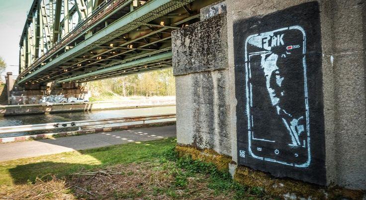 """Graffiti kunstwerk aan de spoorwegbrug in Kuringen toont de afbeelding van Steve Stevaert op een smartphone. """"Een aanklacht tegen alle onzin die over hem op sociale media is verschenen"""", zeggen de kunstenaars. Foto's Sven Dillen"""