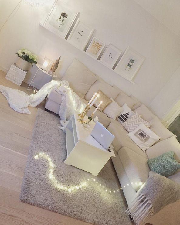 Wspaniały klimat kreują dekoracje świetlne, czyli wszelkie świeczki, latarenki oraz świecące girlandy. Dzięki nim salon...