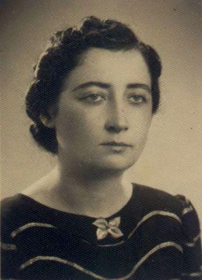 Samiha Ayverdi-Samiha Ayverdi, 1938'de ilk romanı Aşk Budur'u (Aşk Bu imiş) yayınladı. 1946'dan itibaren daha çok fikir ve tarih eserlerine ağırlık verdi.  Yapıtlarında, tarihi yoğun biçimde kullanmıştır. İnceleme yazıları ve romanları İstanbul üzerinedir.