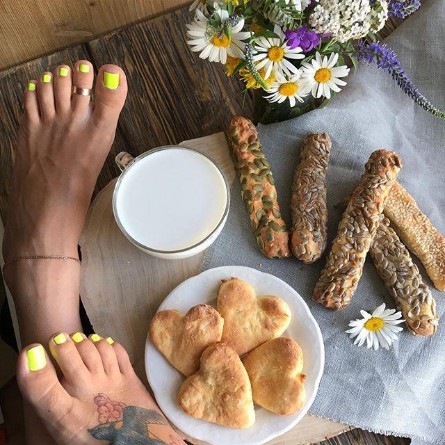 Доброй утро или уже день) у меня печеньки с молоком на завтрак 👍 а вы чем питаетесь ?) . . . #foodporn #footporn #feetgirl #feetmodel #footmodel #футфетиш #утро#моеутро#instafeet #sexysoles #barefeet #pies #ticklishfeet #lovefeet #босиком#пальчикиног #моиножки #фотоног #pedicure #prettyfeet #sweetfeet #sweetfeet6_5 #femdom#goddess #beautifulfeet