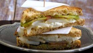 Sandwich di Stoccafisso con pomodoro verde e burrata.