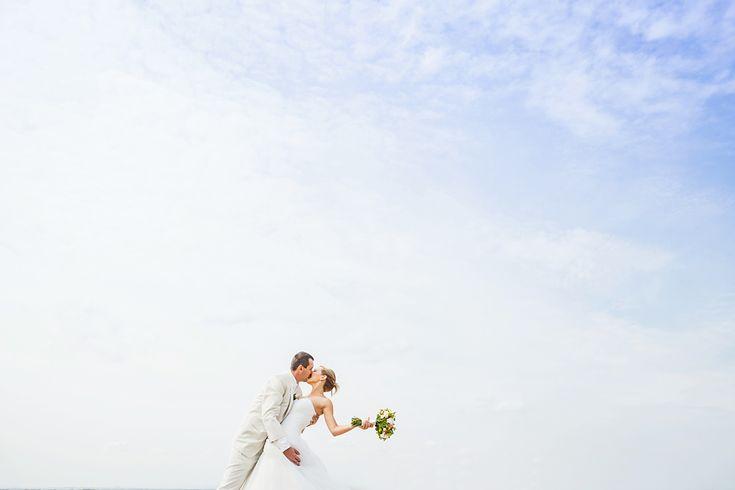 Na poli vítr fouká a vášnivý ženich nevěstu svou líbá :) www.mafoto.cz © Martin Holik #wedding #svatba #nevesta #bride #groom #zenich