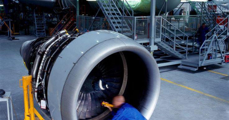 Sueldo inicial de un ingeniero aeronáutico. Los ingenieros aeronáuticos diseñan y desarrollan varios tipos de aviones así como también las tecnologías que se utilizan en los aviones como sistemas de navegación, instrumentación, comunicación, sistemas de propulsión y más. El sueldo inicial es razonablemente alto y estos ingenieros rápidamente pueden hacer más dinero con pocos años de ...