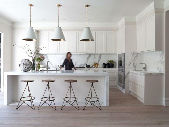 Ruime keuken met bijzondere design-krukken