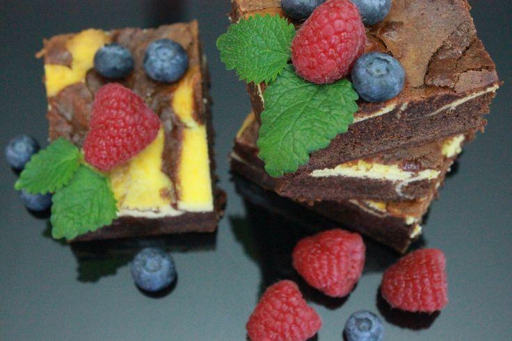 Brownie + ostekake = sant, lover matblogger Tove Holter og serverer en smakfull herlighet av en langpannekake.