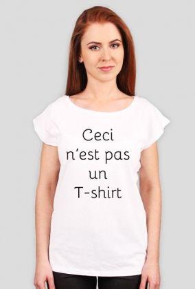 """Ceci n'est pas un T-shirt czarno na białym dla niej  Porzuć zwykłe koszulki! Załóż oryginalną koszulkę nie-koszulkę! Wprowadź przechodniów na ulicy w stan filozoficznego zdumienia, aby na chwilę wybić ich z wyścigu szczurów, w którym biorą udział na co dzień!   """"Ceci n'est pas un T-shirt"""" (dosł. To nie jest T-shirt) to parafraza znanego obrazu Magritte'a """"Ceci n'est pas une pipe"""".    Dzięki unikalnemu projektowi Twoje codzienne wygodne ubranie nabierze innego wymiaru!   Wyraź  swoją…"""